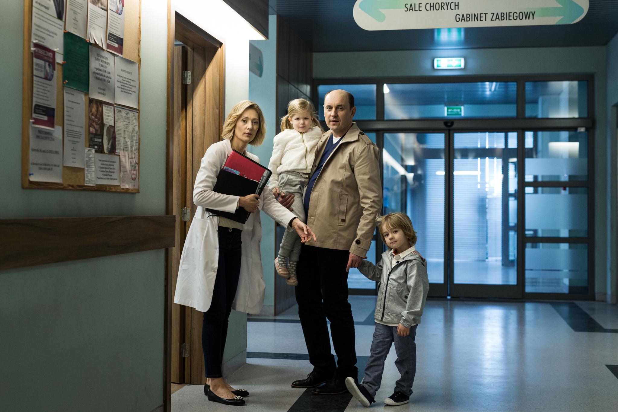 Jan Artman (Adam Woronowicz) i Marta Artman (Magdalena Popławska) z dziećmi
